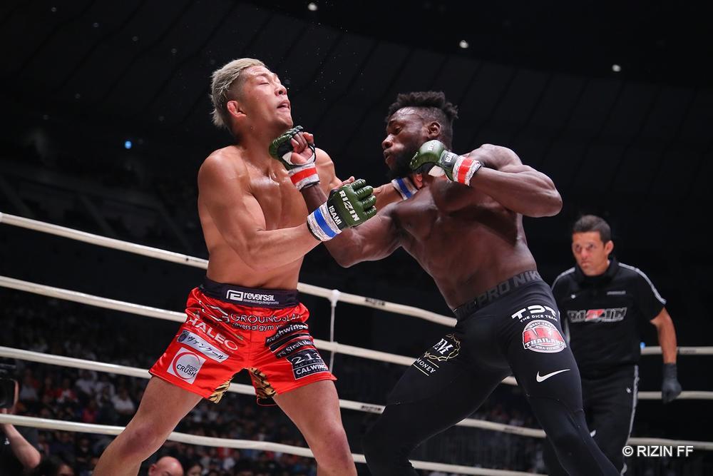 【RIZIN】レスリングシューズを履いたケイプが伊藤のテイクダウンを切り、打撃で圧倒