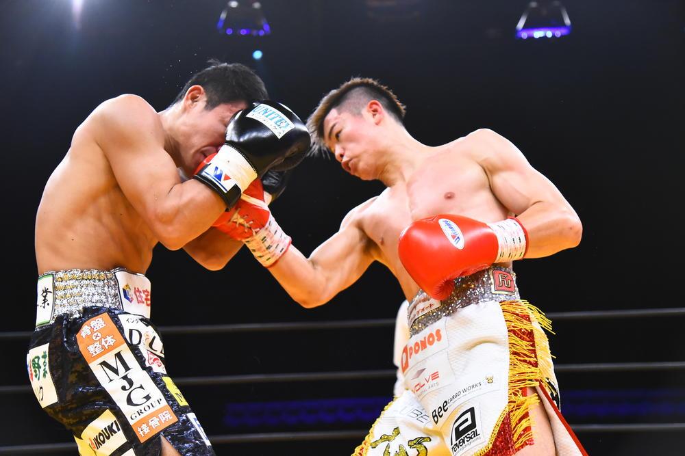 那須川天心が亀田興毅を圧倒するも亀田も最後まで奮闘、最終Rはヘッドギア無しで殴り合う