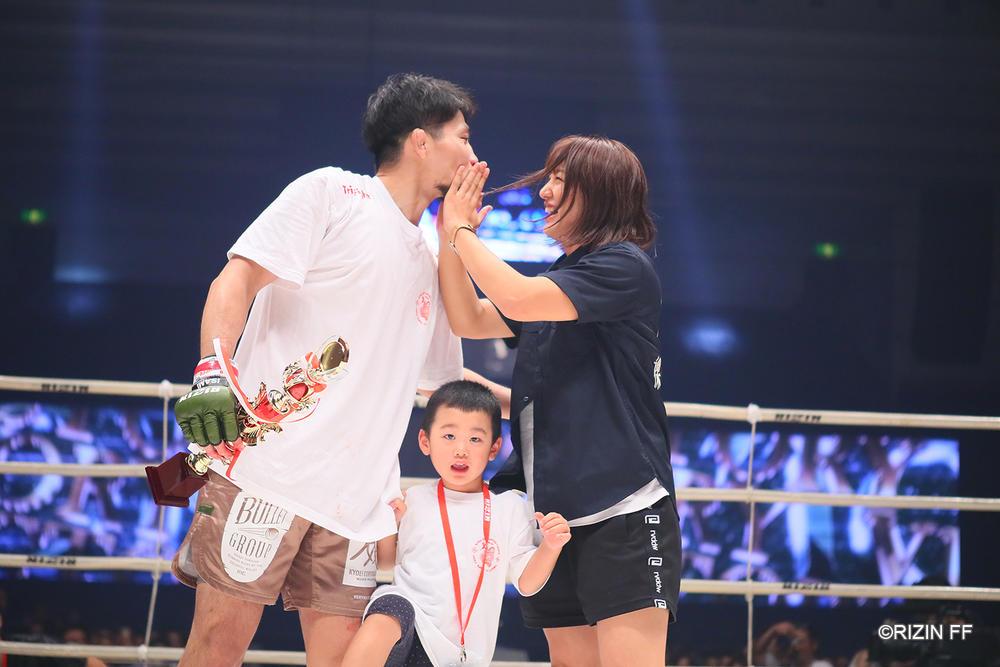 【RIZIN】中村K太郎、TKO勝ちで再起を飾るも妻・杉山しずかは祝福のキスを拒否