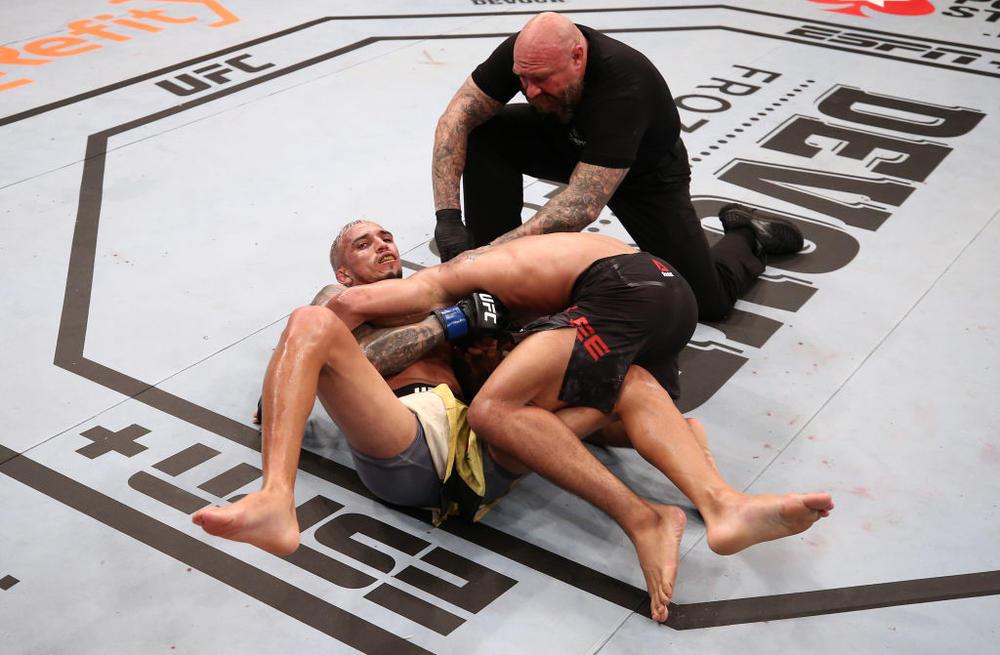 """【UFC】無観客試合でオリベイラが体重超過のケビン・リーをギロチン葬。バーンズが""""レジェンド""""マイアをパウンドアウト、痛み分けヤヒーラが引退示唆=選手コメント"""