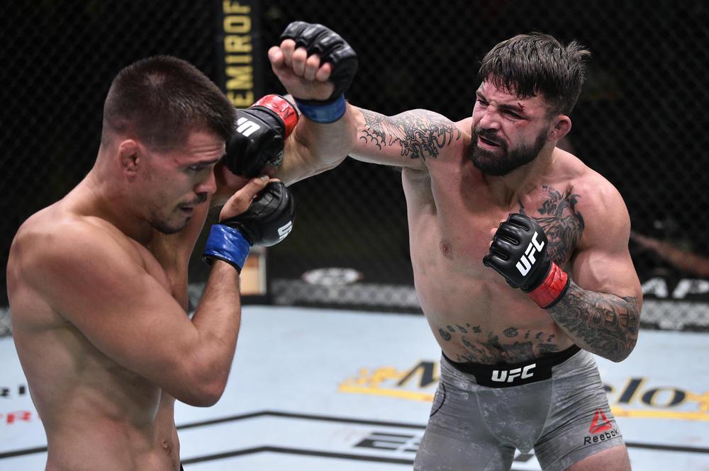 """【UFC】""""彼女をコーナーウーマンにした""""マイク・ペリーが""""CMパンクを絞めた男""""に競り勝つ"""