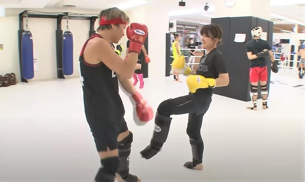 【K-1】MIOが武尊の顔面へ左フック!「笑いながら人を殴る女性版武尊です」(武尊)
