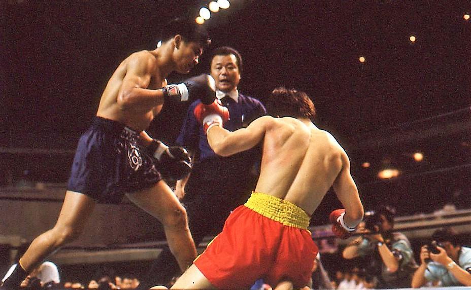 """【1990年7月の格闘技】タイの超人気者""""ランボー""""が来日、4階級上の日本王者を豪快KO"""