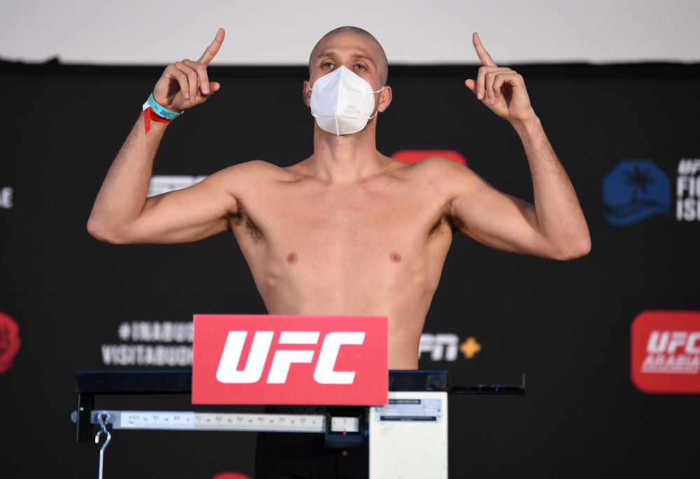 【UFC】坊主頭で計量パスのブライアン・オルテガ、頭髪は化学療法で髪の毛を失った子どもたちに寄付