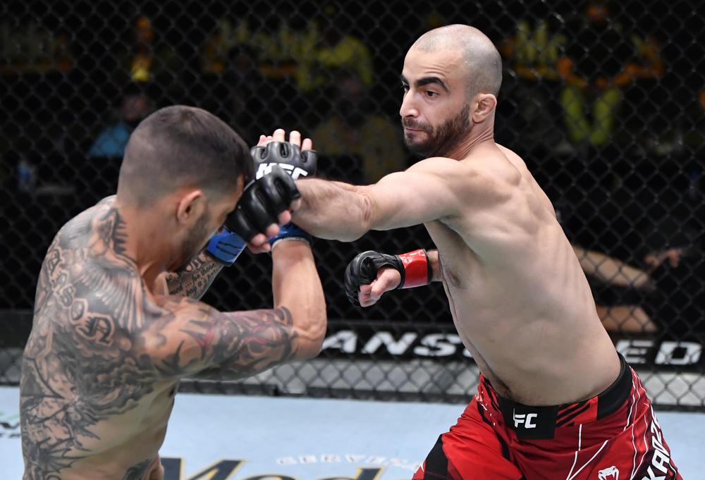 """【UFC】沖縄剛柔流の三日月蹴り""""ギガキック""""でチカゼがスワンソンを63秒 TKOでUFC6連勝!「最後のパンチは必要なかった。止めてくれれば良かったのに」"""