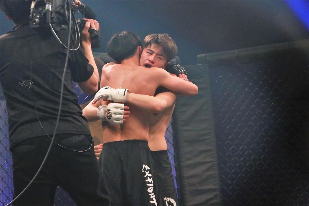 【格闘DREAMERS】平本蓮の弟、17歳の丈が最終審査試合で、16歳・鈴木崇矢に負傷TKO負け。泣きじゃくる弟に蓮「人生あと何年あると思ってんだよ」