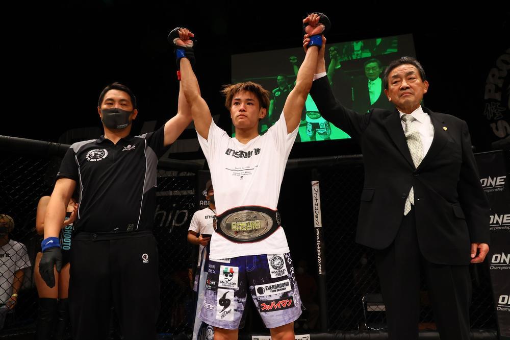 【修斗】21歳・無敗の平良達郎が三角絞めで戴冠!「沖縄からでも修斗のチャンピオンになれるんだよって証明できた。世界で強い人たちをバッタバッタ倒していく」